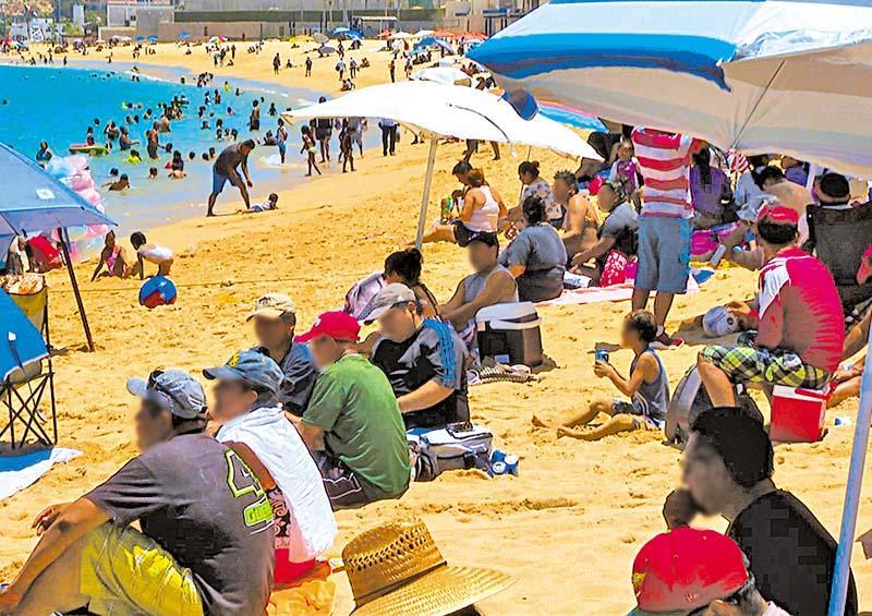 Playa en Los Cabos llena de personas