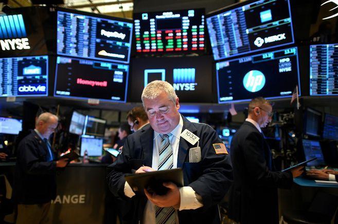 Wall Street baja por cifras de desempleo y tecnológicas