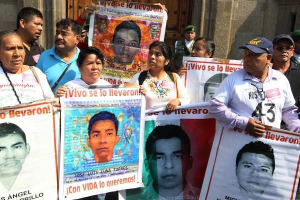Padres de los estudiantes desaparecidos de Ayotzinapa hablan con la prensa a su salida de su encuentro con el presidente de México