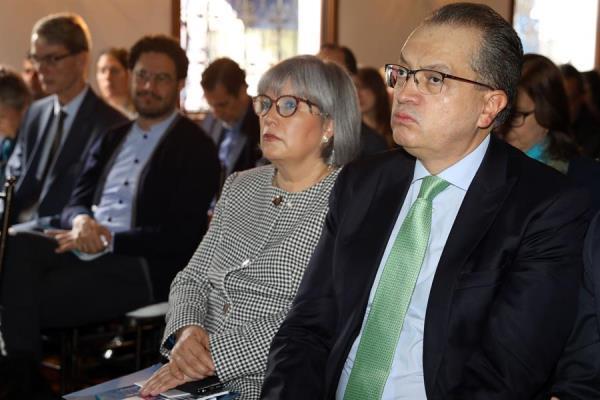 procurador general de Colombia, Fernando Carrillo Flórez (d), y la presidenta de la Jurisdicción Especial para la Paz (JEP), Patricia Linares.