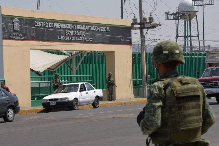 Militar afuera de un centro penitenciario