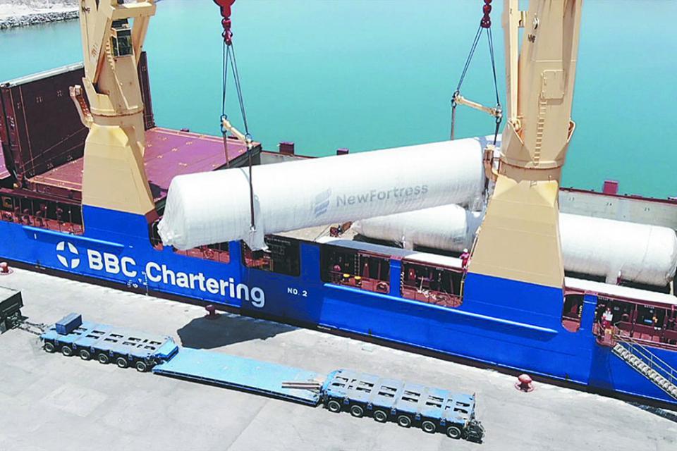 Llega buque Congo con piezas para planta de gas natural