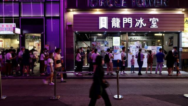 Gente caminando en calle de Hong Kong