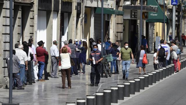 Fila de personas esperando entrar a una tienda en la Ciudad de México