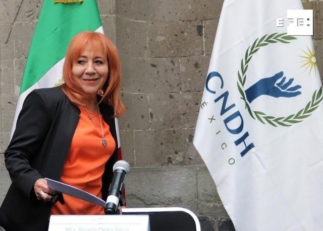 Presidenta de la CNDH en un estrado