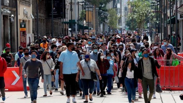 Gente caminando en el centro de la CDMX