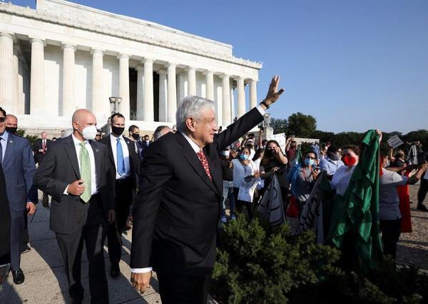 AMLO saludando a paisanos en Washington