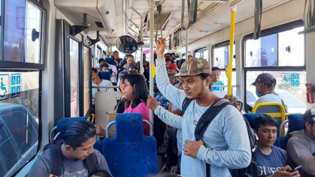 Pasajeros del transporte público sin cubrebocas