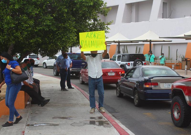 Manifestación en el aeropuerto para reapertura de hoteles