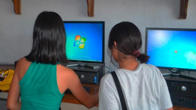 Niños en computadora