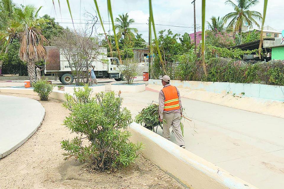 Limpian parques del municipio