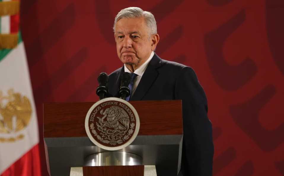 El periodista Carlos Loret muestra ambas grabaciones, en donde se observa que Pío recibe los paquetes.