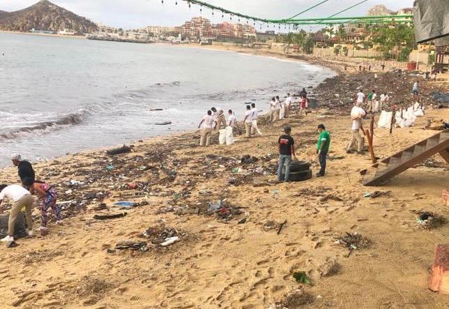 Playa llena de escombro en Los Cabos