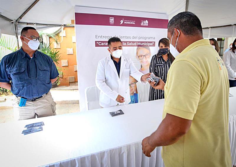Encabeza Alcaldesa entrega de lentes de graduación
