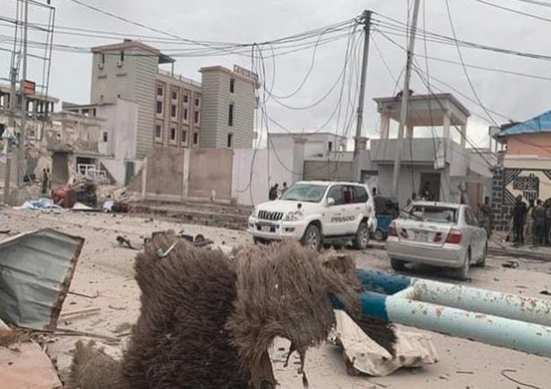 Hombres armados irrumpen en hotel tras explosión de coche bomba