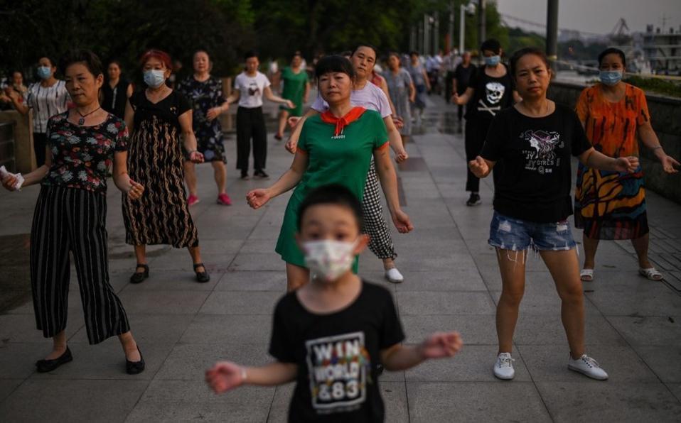 "Habitantes de Wuhan celebrando tras ""vencer al virus""."