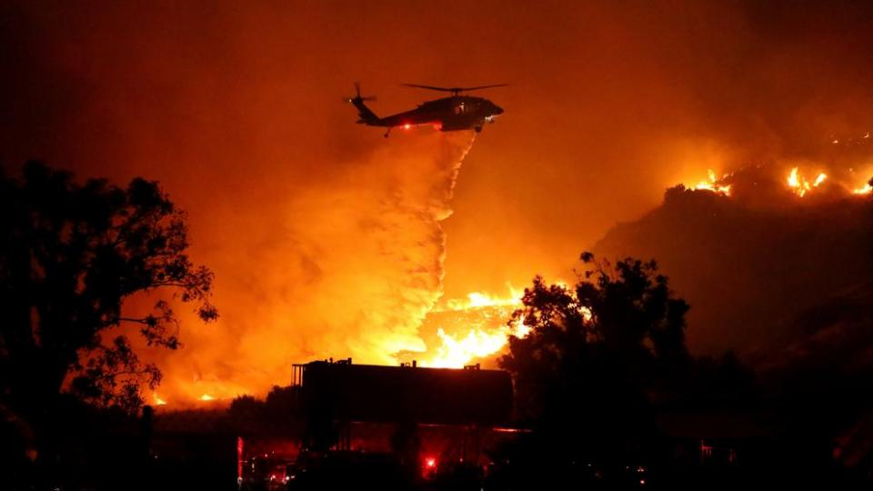 Helicóptero apagando un incendio