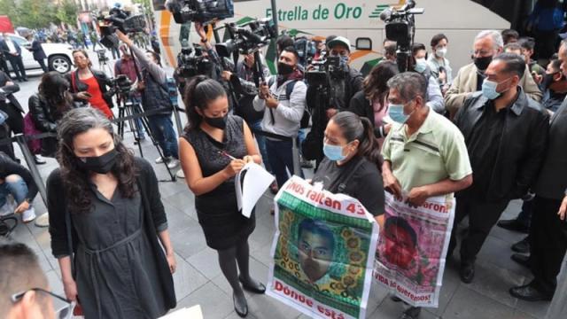 Familiares de los 43 normalistas llegan al Palacio Nacional