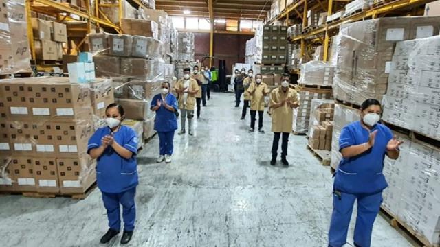 Trabajadores del Almacén Central del IMSS haciendo homenaje a víctimas del Covid-19