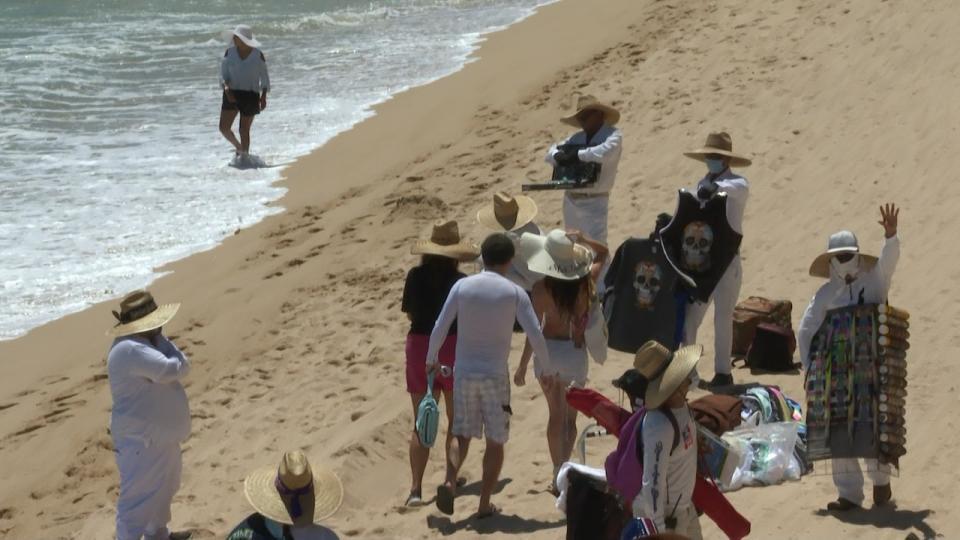 Vendedores ambulantes en playa