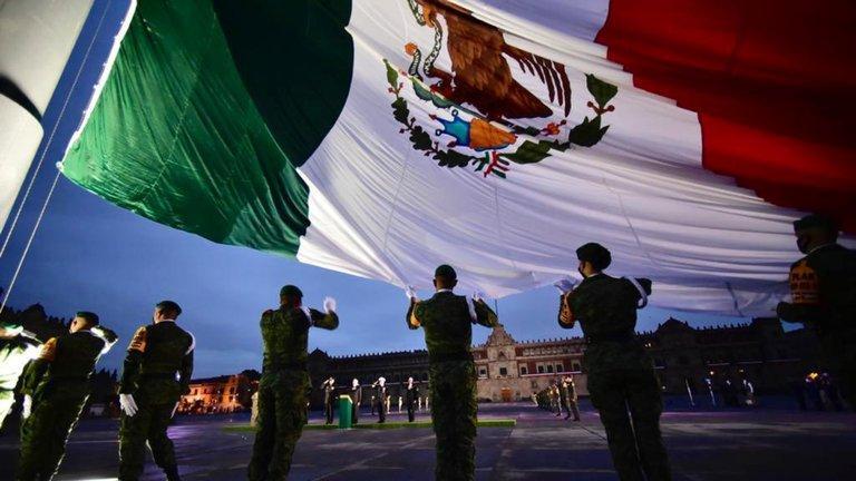 Bandera de México a media asta