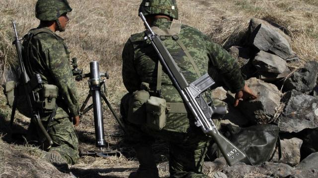 Detienen a militares mexicanos tras muerte de mujer en protesta