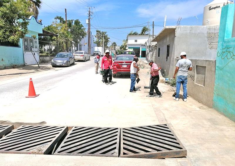 Rehabilitan alcantarilla pluvial colapsada por basura doméstica