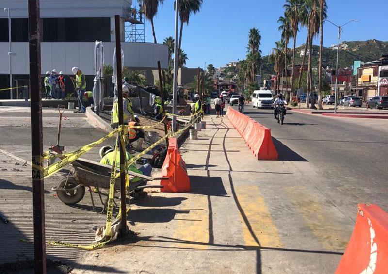 Obra en Cabo San Lucas presenta riesgo para peatones