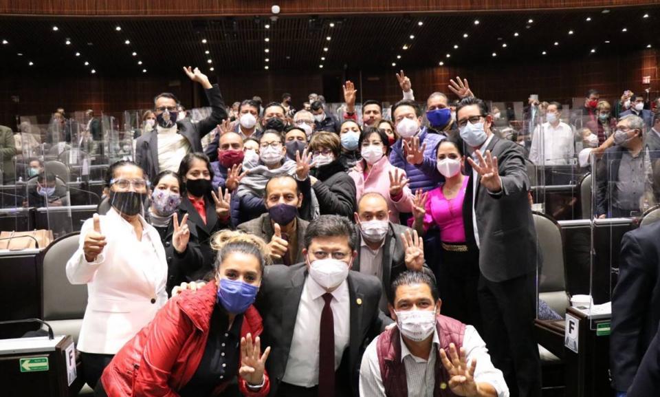Diputados de Morena tras una sesión