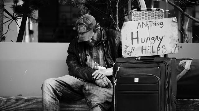 Indigente pidiendo por comida