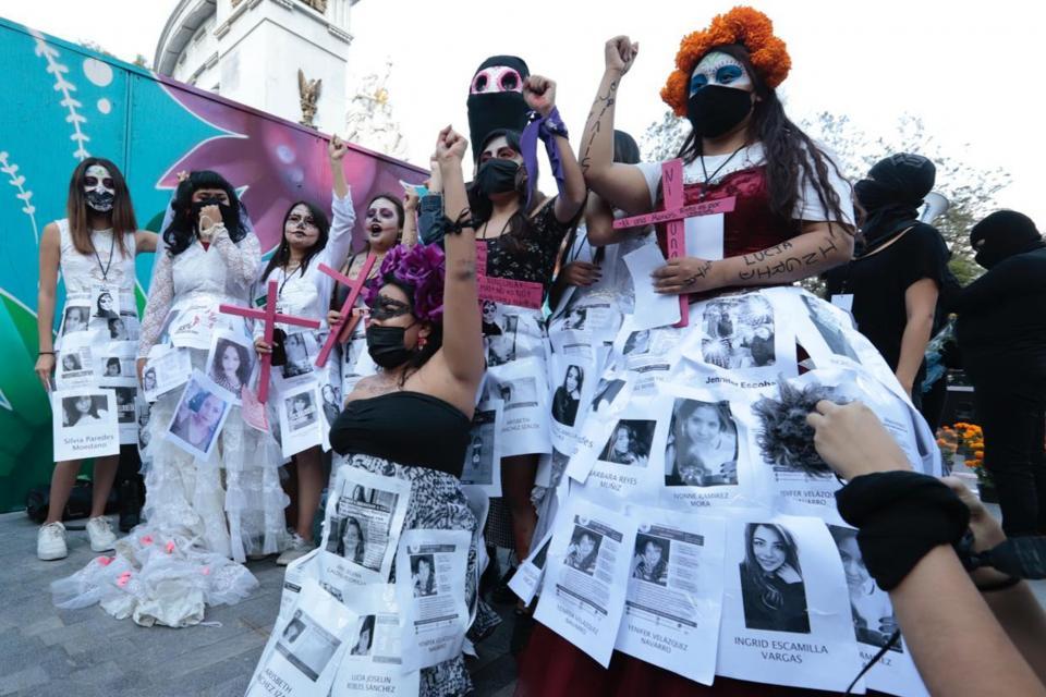 Desfile de catrinas por colectivo feminista