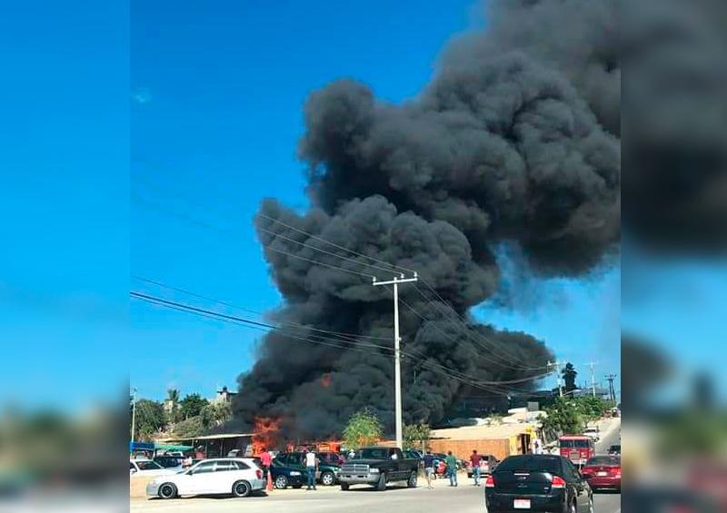 Incendio en tienda de segunda en Cabo San Lucas.