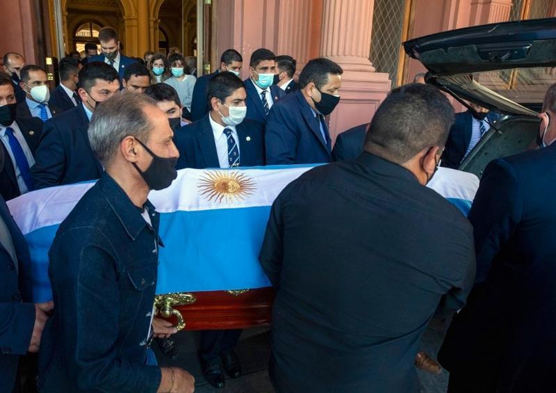 Los restos de Maradona llegan al cementerio para ser inhumados