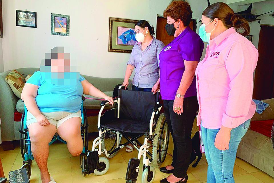 Apoya SMDIF con silla de ruedas a ciudadana de La Ribera