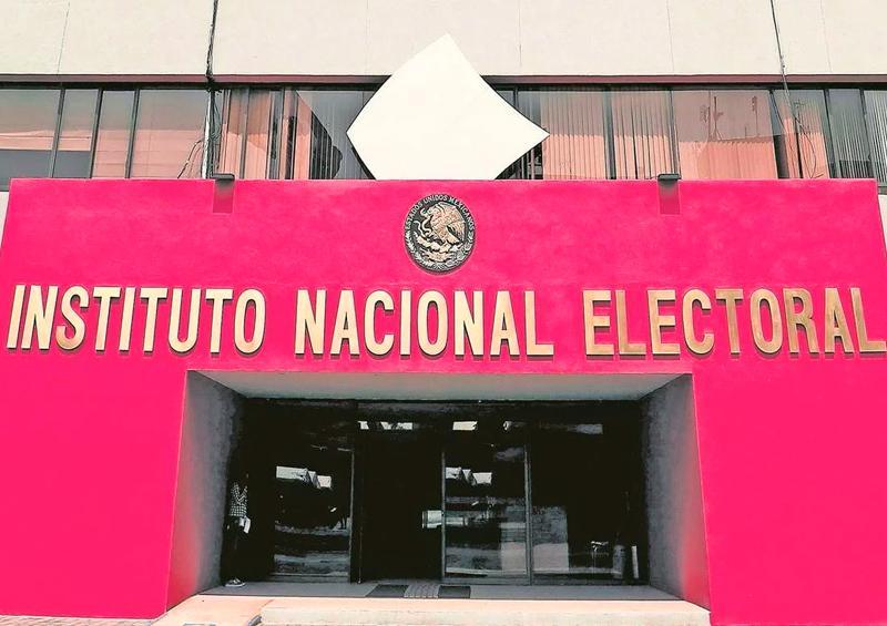 """""""AMLO no ve límites para ejercer el poder"""", dicen exconsejeros de INE"""