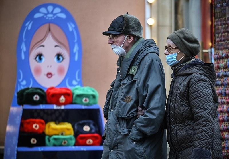 Personas usando cubrebocas en Rusia