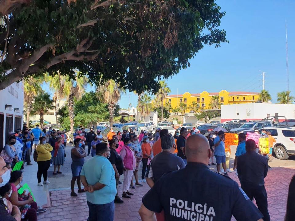 Manifestantes a las afueras de la delegación de CSL