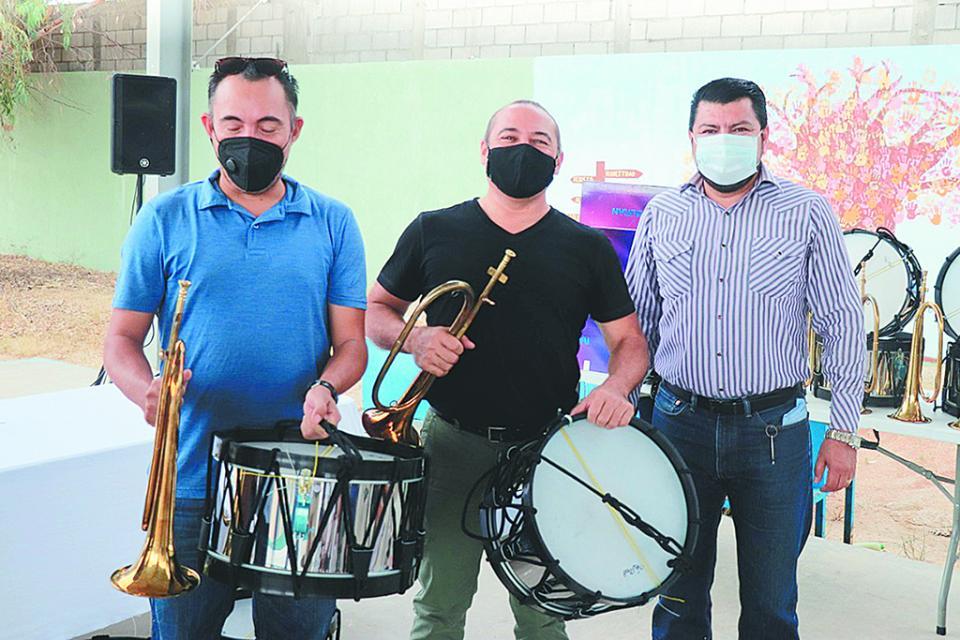 Donan equipos  de Banda de Guerra y tabletas a estudiantes de CSL