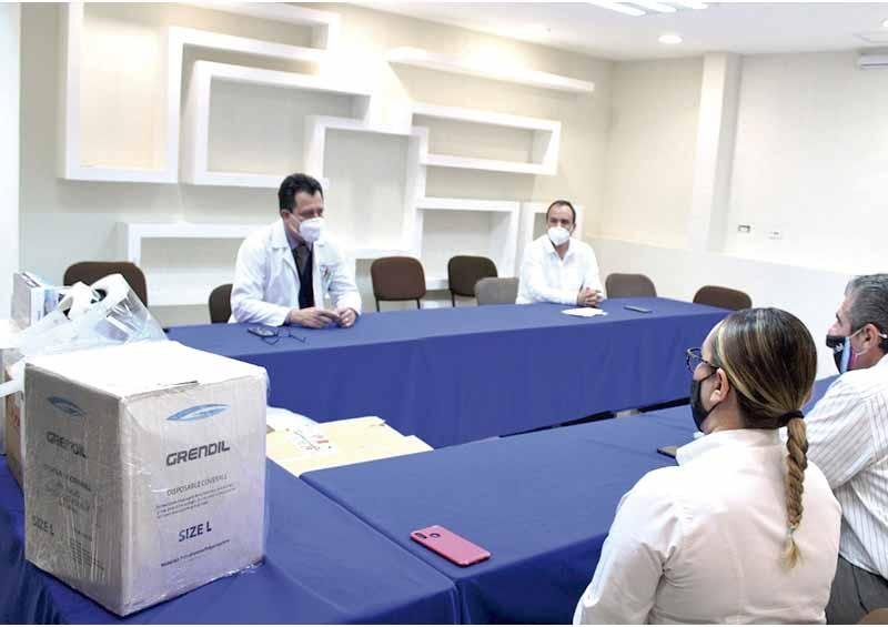 Donan equipo de protección para personal médico de áreas Covid
