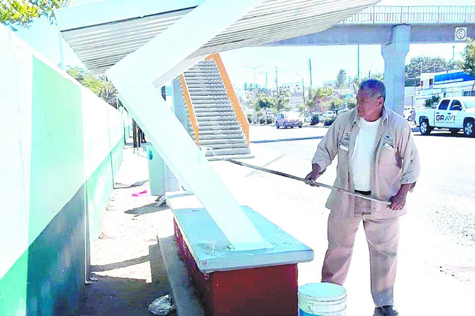 Rehabilitan paradas de autobuses