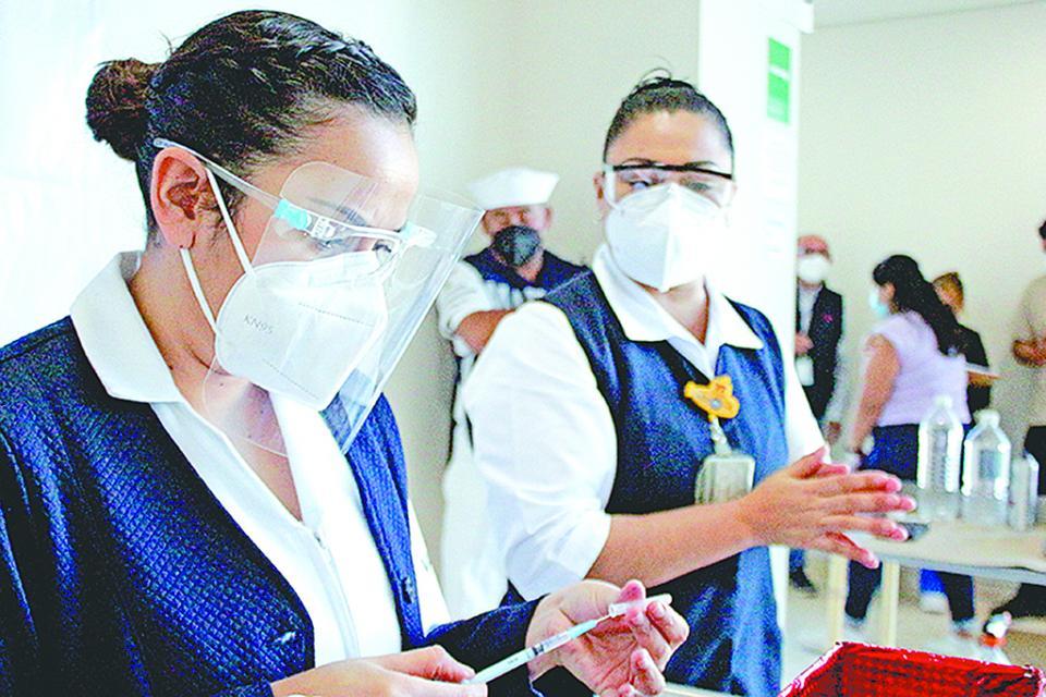 Gestionan vacunas Covid para personal de salud privada
