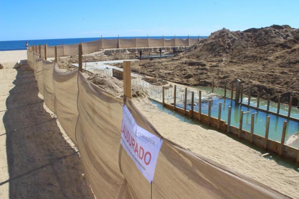 Construcción de muro de Costa Azul