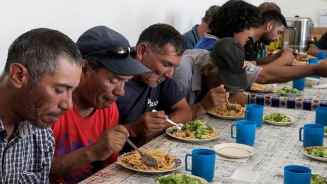 Crecen las filas por un plato de comida en Rio de Janeiro