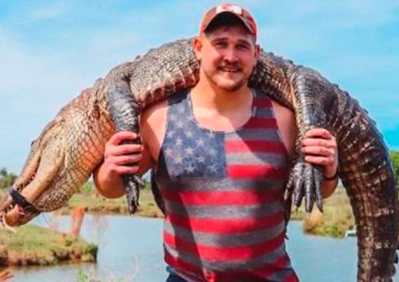 Jugador de NFL recibe críticas tras presumir la caza de un caimán