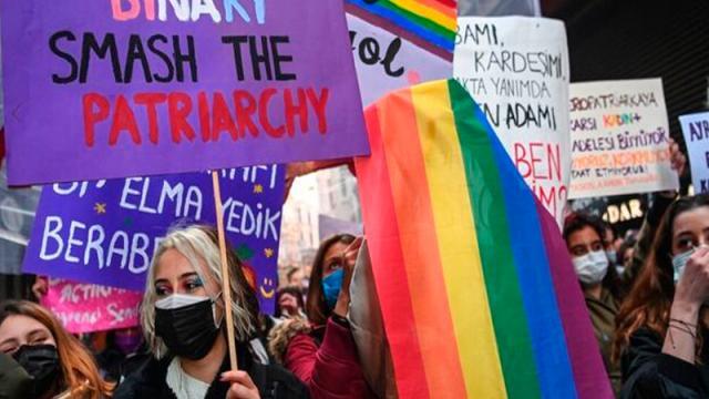 Miles de manifestantes desafían las restricciones anticovid en el Día de la Mujer