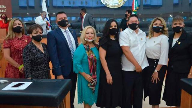 Diputados de oposición se presentan bajo protesta al Congreso