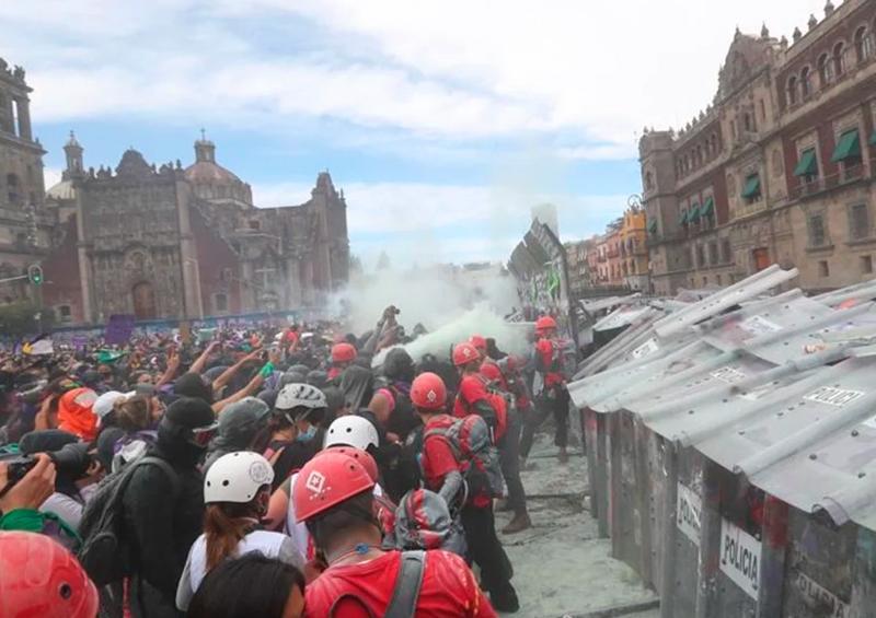 Con gases, policía dispersa a grupos feministas de Palacio Nacional