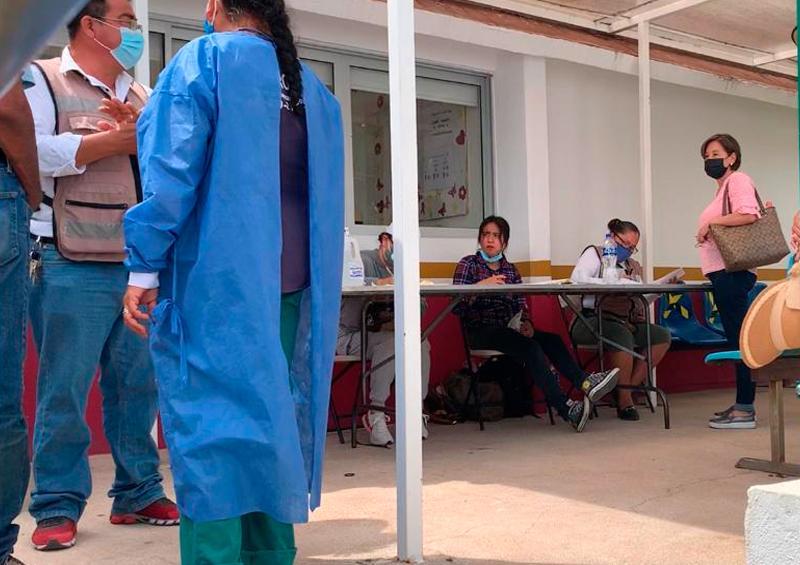 Abuelitos salen, después de un año, para recibir su vacuna