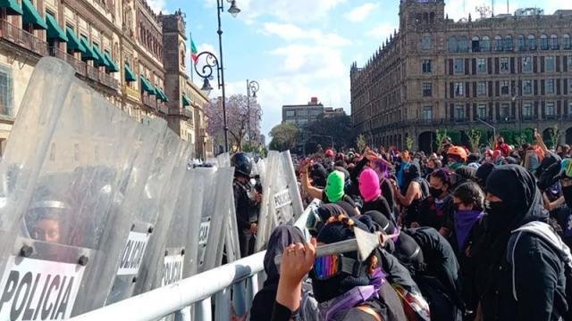 Protesta de mujeres llega al Zócalo, reportan enfrentamientos