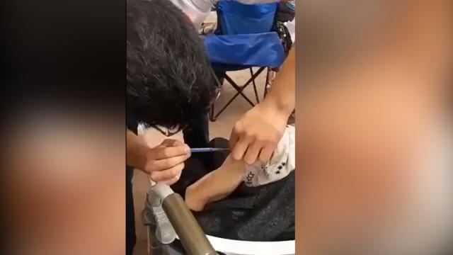 Enfermera finge vacunar a adulto mayor